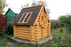 Оформление скважины в виде деревянного домика